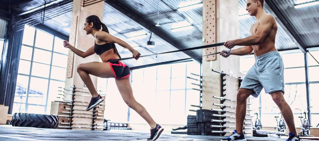 Pareja entrenando en el gimnasio con motivación